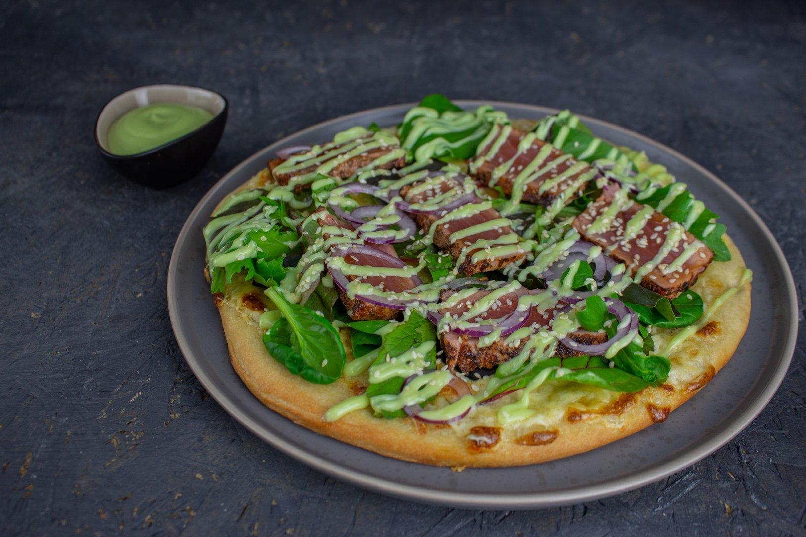 Borrelpizza met  gegrilde tonijn en lichtscherpe Wasabisaus