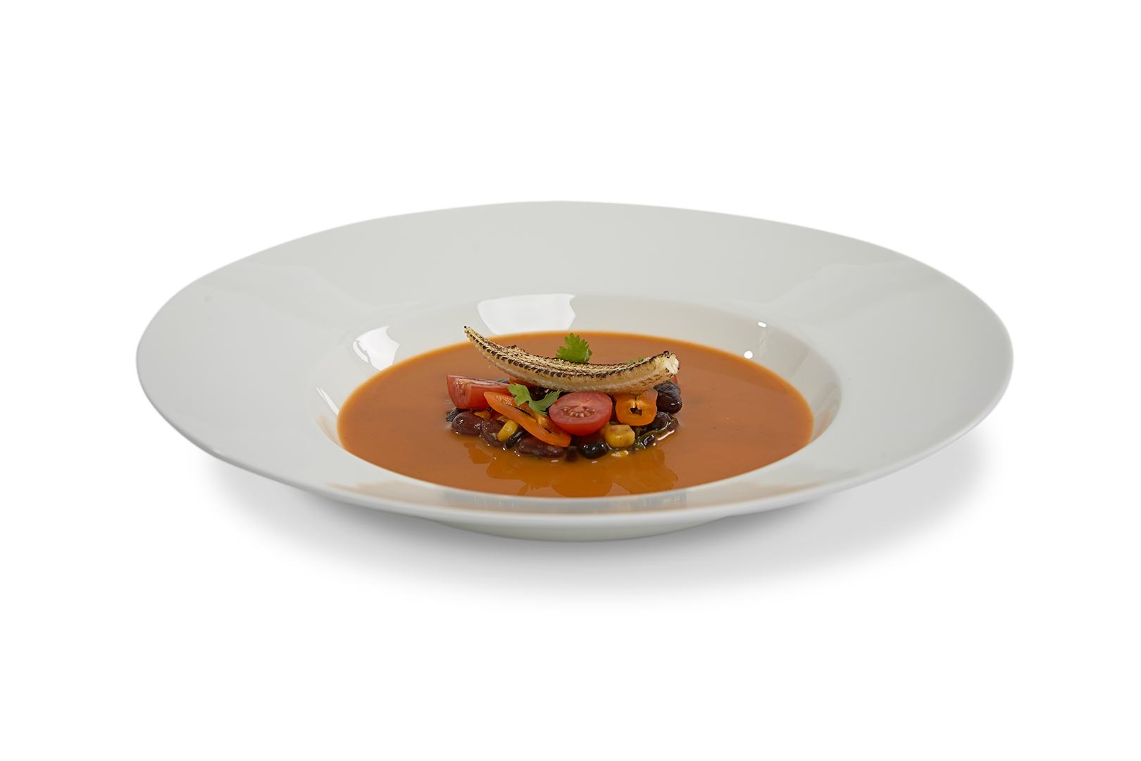 Chili Sin Carne soep met een garnituur van gemengde bonen, bosui, puntpaprika en gebrande baby mais