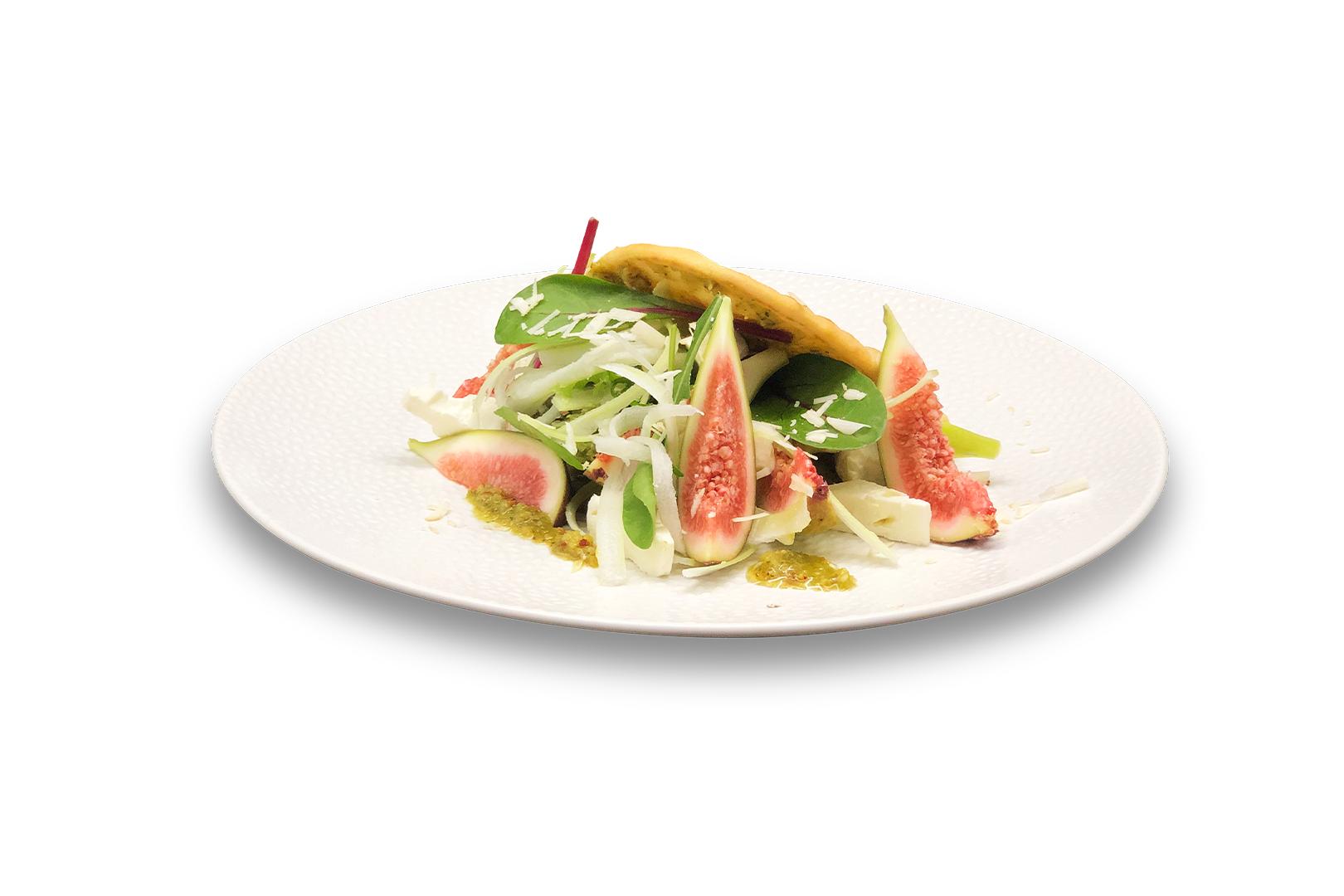 Flat bread met Noten Pesto salade van jonge blad sla, spaghetti bleekselderij, vegan feta, verse vijgen en schaafsel van para noten