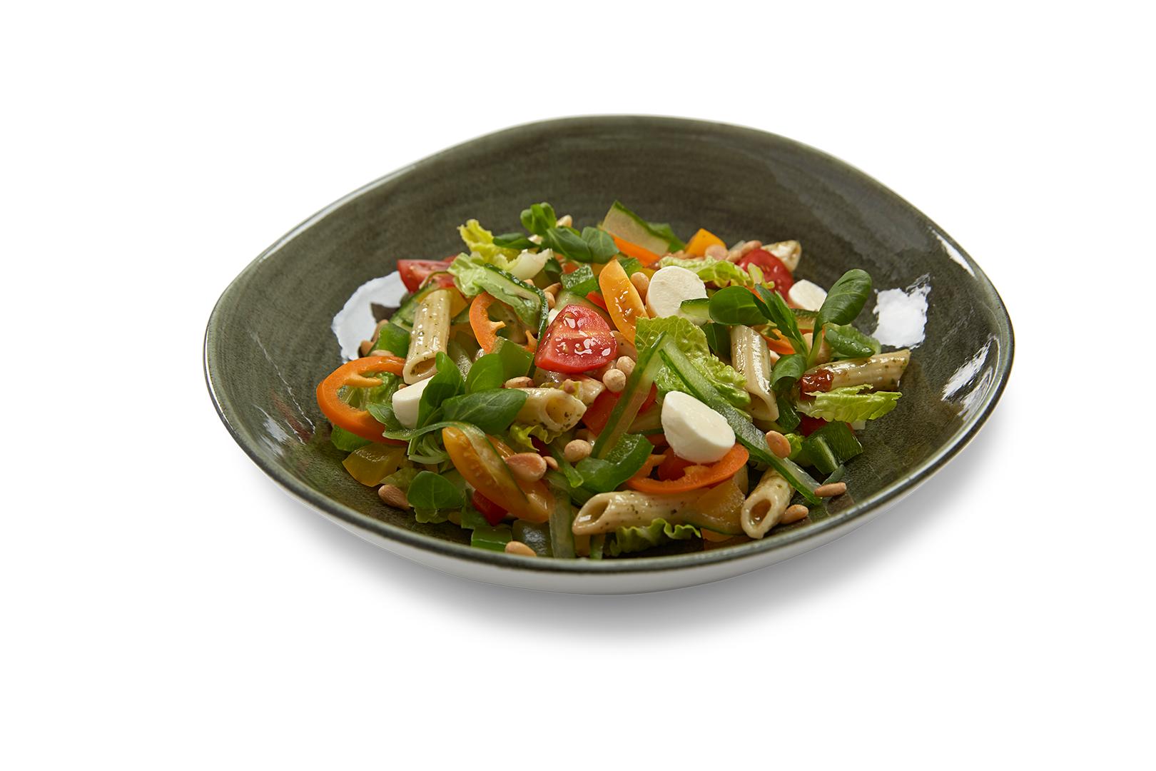 Gemengde groene salade met Pasta Pesto, mozzarella en gescheurde basilicum