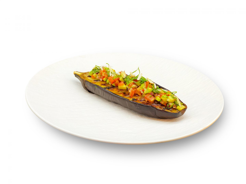 Geroosterde aubergine gevuld met Vegan Pesto en frisse tomaat avocado salsa