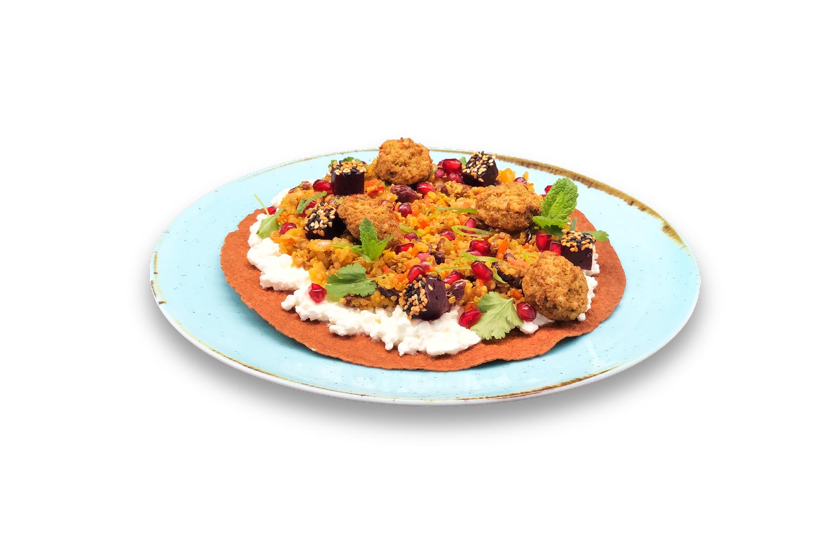 Krokante bieten wrap geserveerd met Hüttenkäse, Quinoa salade en krokante falafel