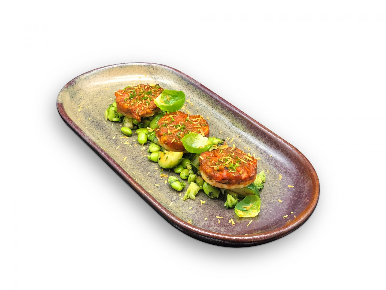 Lauwwarme groene salade met gegrilde knolselderij, tomaten beignets en pistache schaafsel