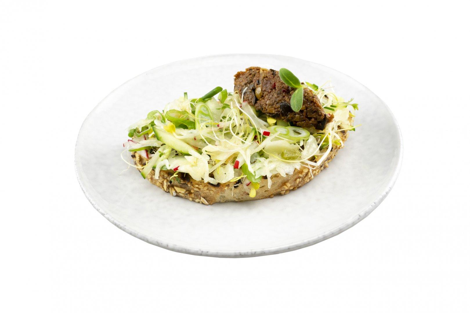 Club Sandwich tricolore tapenade en Griekse witte kool salade
