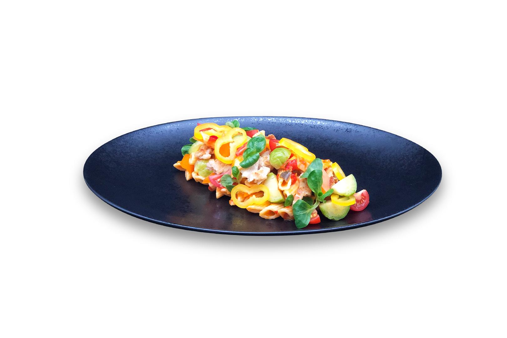 Mediterrane pastasalade met vegetarische kipreepjes, geblancheerde spruitjes, trostomaatjes en snack paprikaatjes