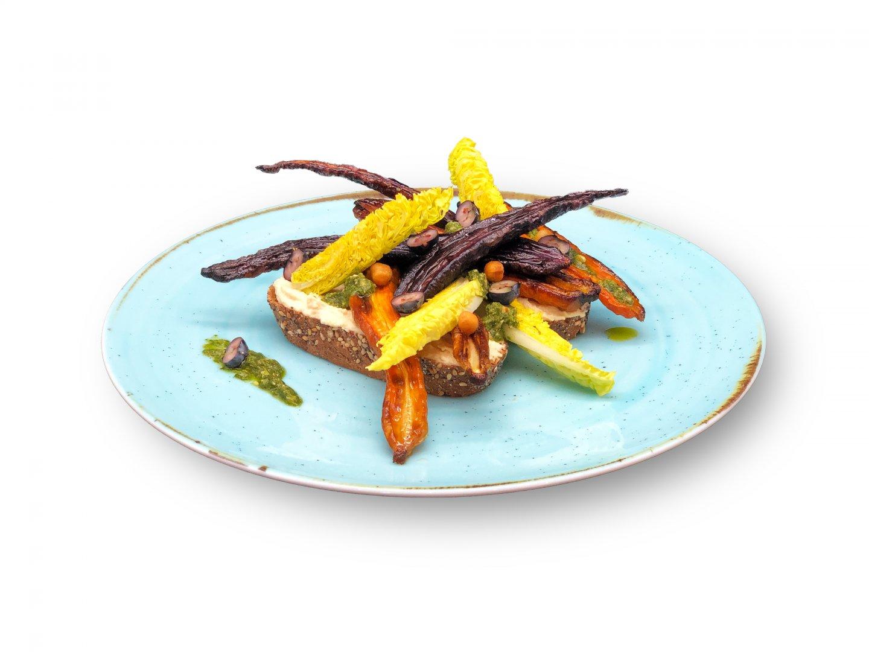 Vegan brood met humus, Vegan Pesto, geroosterde wortelmix, suikersla, blauwe bessen en krokante kikkererwten